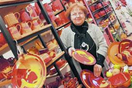 """Edelgard Damm aus Exdorf, seit 38 Jahren im Töpferhof Gramann, im Verkaufsladen des Hauses, hier mit der Kollektion """"Liebesrausch"""". Foto: privat"""
