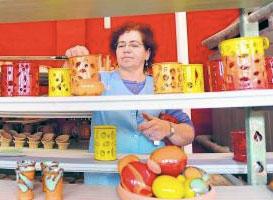 Doris König vom Töpferhof Gramann in Römhild begutachtet die frisch gebrannte Keramik. Auch wenn in kleinen Serien gefertigt wird, ist jedes Stück ein Unikat. Das kleine Unternehmen konnte im Vergleich zum Vorjahr seinen Umsatz um 30 Prozent steigern. Foto: frankphoto.de