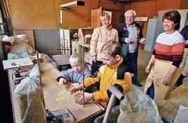 Im traditionsreichen Töpferhof Gramann in Römhild versuchten sich diese Kinder aus Untermaßfeld am Formen des Werkstoffes Ton. Foto: W. Swietek