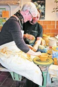Besucherin Mechthild Schüler arbeitet zum ersten Mal an einer Töpferscheibe. Mit ihrer Schale nimmt sie an Markus Weingartens Töpferolympiade teil. Foto: C. Hoppe