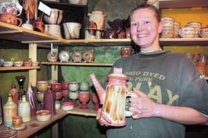 Der Clou an Simone Grassmanns Produkten: Als Farbe verwendet sie auch den roten Lehm aus den Wänden ihres Fachwerkhauses. Foto: C. Hoppe