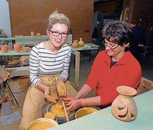 Tina Hebenstreit (links) aus Hildburghausen hatte den Mut, sich selbst an die Töpferscheibe zu setzen, Anleitung gibt ihr die Keramikerin Ramona Grimm. Foto: W. Swietek