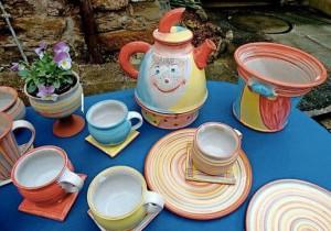 Da macht das Frühstück gleich gute Laune: Küchengeschirr in fröhlichen bunten Farben zeigte Keramikerin Simone Graßmann aus Sülzdorf.  Foto:  W. Swietek