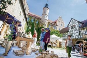 """Schloss Glücksburg und strahlender Sonnenschein boten wieder die perfekte Kulisse für den 4. Thüringer Keramikmarkt in Römhild. Händler wie Besucher waren begeistert von der Atmosphäre dieses Marktes, der zum ersten Mal vom Förderverein """"Internationales Keramiksymposium"""" veranstaltet wurde.  Fotos: proofpic"""