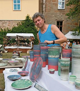 1987 war Christoph Schulz zum ersten Mal in Römhild - als Teilnehmer des Keramiksymposiums. An diesem Wochenende war der Querfurter wieder dabei. Foto: lau